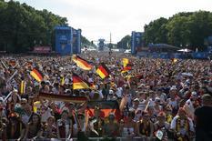 Torcedores alemães assistem a partida entre Alemanha x França nas ruas de Berlim. 4/7/2014 REUTERS/Steffi Loos