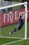 Goleiro colombiano Ospina não consegue defender cobrança de falta de David Luiz. 04/07/2014 REUTERS/Leonhard Foeger