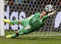Goleiro Tim Krul, da Holanda, defende pênalti em partida na Fonte Nova, em Salvador.  5/7/2014.    REUTERS/Marcos Brindicci