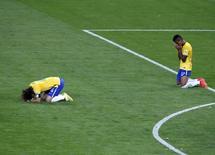 Jogadores da seleção brasileira lamentam derrota para a Alemanha em Belo Horizonte. 08/07/2014. REUTERS/David Gray