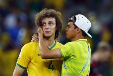 David Luiz (E) é consolado por Thiago Silva após seleção ser derrotada por 7 x 1 no Mineirão, em Belo Horizonte.   8/7/2014.  REUTERS/Eddie Keogh