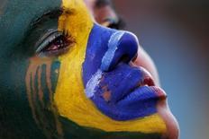 Болельщица сборной Бразилии плачет во время полуфинального матча против Германии в Белу-Оризонти 8 июля 2014 года. Сборная Германии обыграла хозяев мирового первенства бразильцев со счетом 7-1 в полуфинале турнира, забив пять голов уже в первые полчаса игры. REUTERS/Ueslei Marcelino