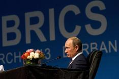 Президент РФ Владимир Путин на саммите БРИКС в Дурбане 27 марта 2013 года. Страны БРИКС приступят к созданию банка развития на саммите, который состоится на следующей неделе, и решат, где должна располагаться его штаб-квартира - в Шанхае или Нью-Дели, сообщил в среду министр финансов Антон Силуанов. REUTERS/Rogan Ward