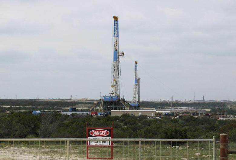 Rigs contracted by Apache Corp drill for crude oil locked tight in shale in west Texas' Permian Basin near the town of Mertzon, Texas in this October 29, 2013, file photo.  REUTERS/Terry Wade/Files