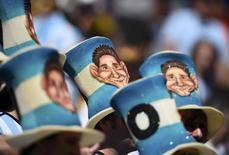 Болельщики сборной Аргентины в шляпах с изображением Лионеля Месси перед началом матча против Бельгии в Бразилиа 5 июля 2014 года. Нидерланды сыграют с Аргентиной в полуфинале чемпионата мира в ночь на четверг в бразильском Сан-Паулу. REUTERS/Dylan Martinez