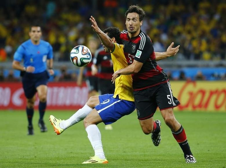 Brazil's Fred (L) fights for the ball with Germany's Mats Hummels during their 2014 World Cup semi-finals at the Mineirao stadium in Belo Horizonte July 8, 2014. REUTERS/Kai Pfaffenbach