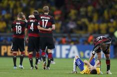Jogador da Alemanha Philipp Lahm (D) consola Oscar após derrota sobre Brasil no estádio do Mineirão, em Belo Horizonte.  8/7/2014. REUTERS/Marcos Brindicci