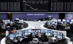Les Bourses européennes ont rechuté jeudi alors que la principale banque portugaise Espirito Santo a été suspendue de cotation et suscite les plus vives inquiétudes.  Paris a lâché 1,34%, la Bourse de Lisbonne a plongé de 4,18% tandis que Francfort a abandonné 1,52%, Milan 1,9%, Madrid 1,98%.  /Photo prise le 10 juillet 2014/REUTERS/Remote