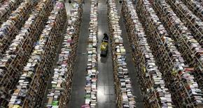 """Amazon a riposté jeudi à la publication de la nouvelle loi française sur la vente de livres sur internet en facturant seulement un centime les frais de port. Cette nouvelle loi, surnommée loi """"anti-Amazon"""", interdit désormais de cumuler la gratuité de l'expédition et des 5% de réduction sur le prix des livres afin de protéger les libraires indépendants face aux moyens financiers du groupe américain. /Photo d'archives/REUTERS/Ralph D. Freso"""