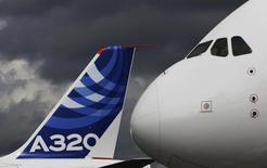Le loueur d'avions SMBC Aviation Capital serait en négociations avancées avec Airbus en vue d'une commande d'une centaine d'avions. La commande pourrait porter sur des monocouloirs A320 de l'actuelle génération et sur la future famille A320neo, pour un montant pouvant potentiellement atteindre les 10 milliards de dollars (7,4 milliards d'euros) au prix catalogue. /Photo d'archives/REUTERS/Luke MacGregor