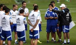 Argentina's national soccer team coach Alejandro Sabella (R) gestures as he talks to players during a training session ahead of their 2014 World Cup final match against Germany in Vespasiano, July 10, 2014.  REUTERS/Marcos Brindicci