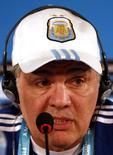 Técnico da Argentina Alejandro Sabella dá entrevista coletiva em 4 de julho de 2014, véspera de jogo da seleção contra a Bélgica pelas quartas de final da Copa do Mundo. REUTERS/David Gray