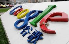 El logo de Google es fotografiado frente a la antigua oficina principal de la compañía en Pekín. 1 de julio, 2014. Los servicios de Google fueron una vez más interrumpidos en China el viernes, tras un breve respiro el día anterior, informaron usuarios y un grupo anticensura, continuando con más de un mes de suspensiones. REUTERS/Jason Lee