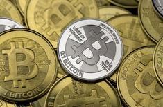 Des bitcoins, monnaie virtuelle la plus connue. Le ministre des Finances Michel Sapin a présenté vendredi des pistes visant à réguler l'utilisation des monnaies virtuelles, dont il reconnaît le potentiel économique mais dont il veut limiter le détournement à des fins de fraude ou de blanchiment. /Photo prise le 31 janvier 2014/REUTERS/Jim Urquhart