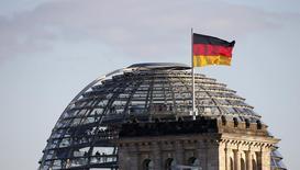 Standard & Poor's confirme la note de crédit AAA de l'Allemagne, assortie d'une perspective stable, fondant sa décision sur le profil solide présenté par l'économie du pays. /Photo d'archives/REUTERS/Fabrizio Bensch