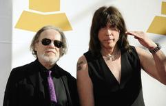 Tommy Ramone, batería y último miembro superviviente de la influyente banda estadounidense de punk Ramones, ha muerto a la edad de 65 años, dijo una persona cercana. En la imagen, Tommy Ramone (I) y Marky Ramone durante una ceremonia en Los Angeles, el 12 de julio de 2014. REUTERS/Phil McCarten