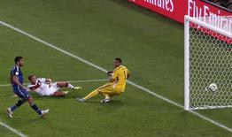 Mario Goetze (de branco) marca gol para a Alemanha em jogo contra a Argentina, no Estádio do Maracanã, no Rio de Janeiro. 13/7/2014 REUTERS/David Gray