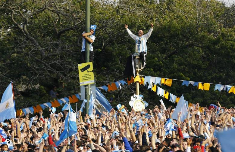 Argentina's fans watch a broadcast of the 2014 World Cup final soccer match in Brazil, between Germany and Argentina at a public square viewing area in Buenos Aires, July 13, 2014.    REUTERS/Ivan Alvarado