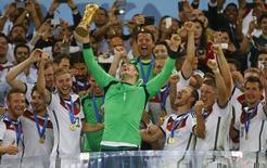 Goleiro alemão Neuer levanta taça de campeão.  REUTERS/Kai Pfaffenbach
