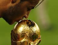 Mario Goetze beija a taça da Copa do Mundo. 13/07/2014   REUTERS/Damir Sagolj