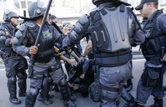 Polícia detém manifestante no Rio de Janeiro antes da final da Copa do Mundo. 13/07/2014  REUTERS/Marco Bello