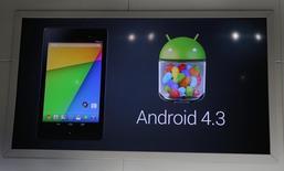 En la imagen, un anuncio del sistema operativo de Google Android 4.3, durante un evento en San Francisco, California, el 24 de julio de 2013. Una demanda por monopolio al sistema operativo Android de Google debería ser desestimada, dijo Google en un documento presentado en el tribunal el viernes, porque los fabricantes de teléfonos avanzados son libres de utilizar Android en sus teléfonos sin tener que instalar también aplicaciones de Google.  REUTERS/Beck Diefenbach