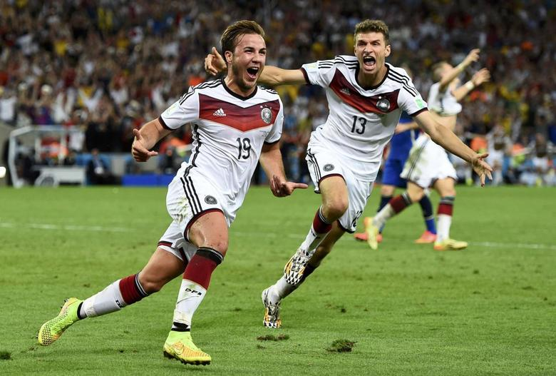 Germany's Mario Goetze (L) celebrates near teammate Thomas Mueller after scoring a goal during extra time in their 2014 World Cup final against Argentina at the Maracana stadium in Rio de Janeiro July 13, 2014. REUTERS/Dylan Martinez