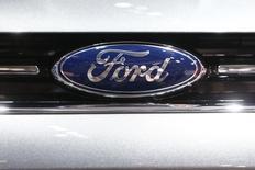 El logo de la compañía es visto en un auto Ford durante el día del show de la Geneva Motor 84 en Geneva, 5 de marzo de 2014. El fabricante estadounidense de automóviles Ford suspendió la producción en una de sus plantas en Sudáfrica, una acción que será replicada por la firma japonesa Toyota en medio de una huelga de trabajadores del sector manufacturero que ha golpeado a los proveedores de piezas de vehículos. REUTERS/Arnd Wiegmann
