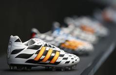 Adidas va payer un montant record de 750 millions de livres (940,5 millions d'euros) sur dix ans pour fournir au club de Manchester United des maillots et autres équipements, annonce le groupe allemand. /Photo prise le 24 juin 2014/REUTERS/Michaela Rehle
