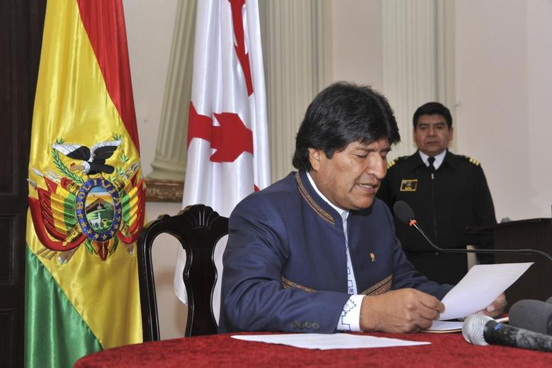 Bolivia's President Evo Morales reads an official statement during a news conference in Sucre in this July 8, 2014 handout picture.  REUTERS/ABI/Bolivian Presidency/Handout via Reuters