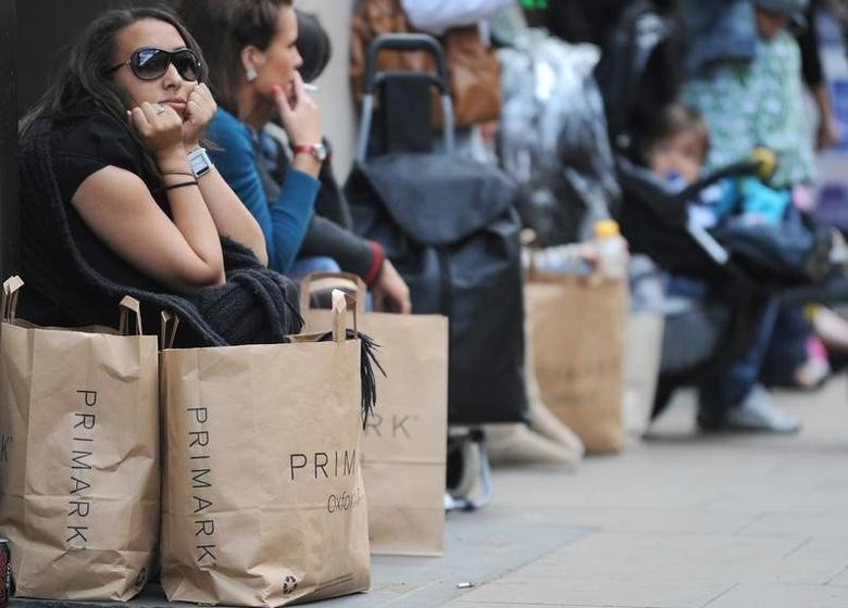 Shoppers sit outside a retail store in Oxford Street in central London June 19, 2008.   REUTERS/Toby Melville