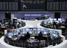 Les Bourses européennes ont accentué leurs pertes mardi à mi-séance après la publication d'un indice ZEW du sentiment des investisseurs en Allemagne décevant. À Paris, le CAC 40 perd 0,48% à 4.329,11 points vers 10h20 GMT. Francfort cède 0,46% et Londres 0,16%. L'indice EuroStoxx 50 abandonne 0,69%. /Photo prise le 15 juillet 2014/REUTERS/Remote