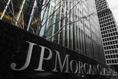 En la imagen, el logo de JPMorgan Chase & Co en la sede de Nueva York, el 15 de marzo de 2013. JPMorgan Chase & Co, el mayor banco de Estados Unidos por activos, reportó el martes un descenso del 8 por ciento en sus ganancias del segundo trimestre debido a que una desaceleración en la intermediación de bonos y divisas de las grandes instituciones golpeó sus ingresos. REUTERS/Lucas Jackson/Files