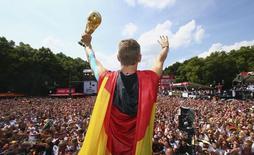 Jogador alemão Bastian Schweinsteiger ergue o troféu da Copa do Mundo durante as comemorações pela conquista do tetracampeonato para a Aleamanha, em Berlim. 15/06/2014.        REUTERSAlex Grimm/Pool