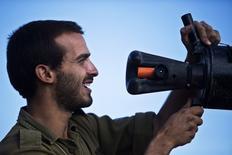 Imagen de archivo de un soldado israelí revisando el cargador de un tanque a las afueras de Gaza, jul 14 2014. Los israelíes han encontrado una nueva vía para enterarse de los inminentes ataques con cohetes desde la Franja de Gaza en forma de aplicación para móviles.    REUTERS/Nir Elias