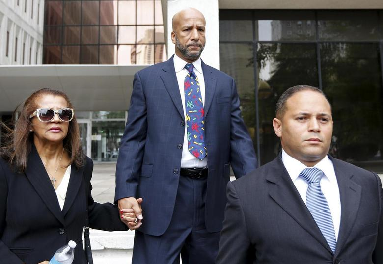 Former New Orleans Mayor C. Ray Nagin (C) and his wife Seletha leave court after Nagin was sentenced to 10 years in New Orleans, Louisiana July 9, 2014.  REUTERS/Jonathan Bachman