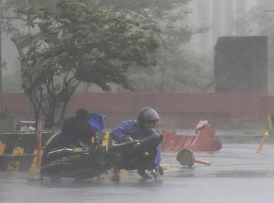 Thousands flee as typhoon batters east Philippines,...