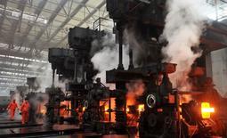 Empleados trabajan en una siderúrgica de Dongbei Special Steel Group en Dalian, provincia de Liaoning. 18 enero, 2013. La economía de China creció levemente más rápido que lo esperado en el segundo trimestre, debido a que una serie de medidas de estímulo del Gobierno rindió dividendos, pero analistas dijeron que es posible que se necesite de más apoyo para cumplir con la meta oficial de crecimiento para el 2014. REUTERS/China Daily CHINA EXCLUIDA. NO DISPONIBLE PARA LA VENTA PARA USO COMERCIAL NI EDITORIAL EN CHINA