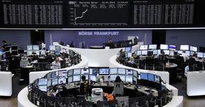 Les Bourses européennes ont accentué leur hausse mercredi en matinée pour afficher des gains de plus de 1% à mi-séance, portées par la bonne tenue des minières en réaction à une croissance plus forte que prévu en Chine.  Vers 12h25, le CAC 40 s'adjuge 1,38% à Paris, le Dax prend 1,16% à Francfort et le FTSE gagne 0,92% à Londres. /Photo prise le 16 juillet 2014/REUTERS/Remote