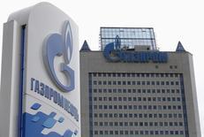 АЗС Газпромнефти рядом со штаб-квартирой Газпрома в Москве, 27 июня 2014 года. Еврокомиссия на неопределенный срок отложила решение о предоставлении России полного доступа к газопроводу Opal, который необходим РФ для увеличения поставок топлива в Европу по магистрали Северный поток, сообщила Рейтер представитель комиссии. REUTERS/Sergei Karpukhin