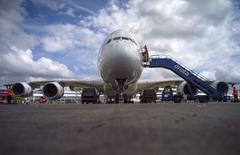 Un airbus A380 estacionado en la feria aeronáutica de Farnborough, Inglaterra, jul 13 2014. Airbus y Boeing se acercaron el miércoles a la marca de 100.000 millones de dólares en órdenes de aviones en la feria aeronáutica de Farnborough, una señal de la saludable demanda por nuevas aeronaves de pasajeros pese a los temores que despertaban sus libros de pedidos ya completos.    REUTERS/Kieran Doherty