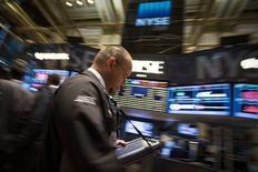 Un operador en la bolsa de Wall Street en Nueva York, jul 16 2014. Las acciones subían el miércoles en la bolsa de Nueva York, llevando al promedio Dow Jones a un nuevo máximo intradiario, impulsadas por noticias sobre fusiones mientras los inversores analizaban una serie de resultados corporativos. REUTERS/Brendan McDermid