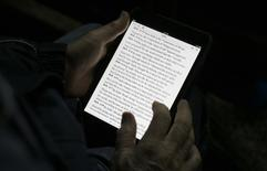 Apple a accepté de payer 450 millions de dollars (332 millions d'euros) dans le cadre d'un règlement à l'amiable portant sur les prix des livres électroniques mais l'accord est conditionné à la décision en appel contre un jugement rendu en 2013 par un juge fédéral de New York selon lequel Apple a enfreint la législation antitrust. Si la responsabilité d'Apple n'est plus avérée, la somme sera réduite à 70 millions de dollars, dont 50 millions pour les consommateurs, ou tout simplement annulée.  /Photo d'archives/REUTERS/Max Rossi