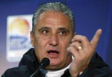 O então técnico do Corinthians Tite concede entrevista coletiva em Yokohama, ao sul de Tóquio, no Japão, em dezembro de 2012. 15/12/2012 REUTERS/Toru Hanai
