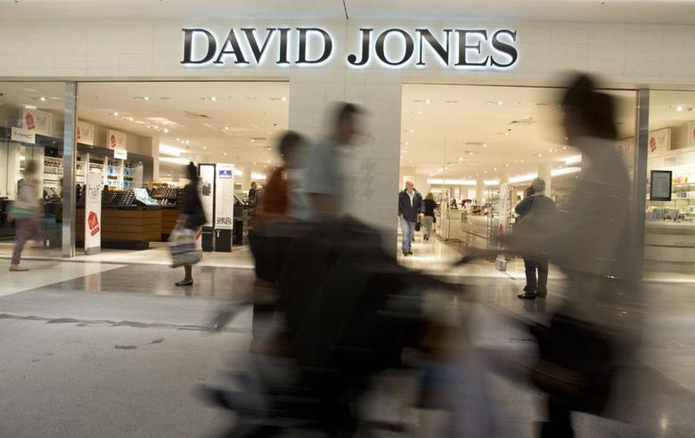 Shoppers are pictured at a David Jones department store in Sydney, June 20, 2014.   REUTERS/Jason Reed