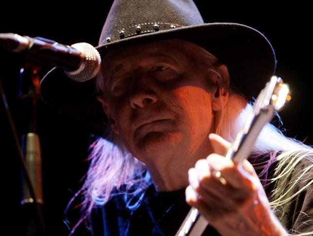 U.S. rock and blues musician Johnny Winter performs during the ''B-estival'' concert in Barcelona July 21, 2008.  REUTERS/Gustau Nacarino