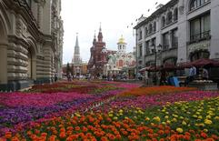 Люди прогуливаются мимо ГУМа в Москве 16 июля 2014 года. Выходные в Москве будут жаркими и солнечными, ожидают синоптики. REUTERS/Sergei Karpukhin
