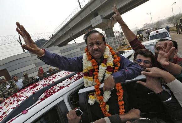 Harsh Vardhan (C), waves to his supporters in New Delhi December 8, 2013. REUTERS/Adnan Abidi/Files