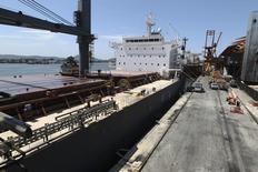 Navio carregado de açucar atracado no porto de Santos. 22/02/2013. REUTERS/Paulo Whitaker