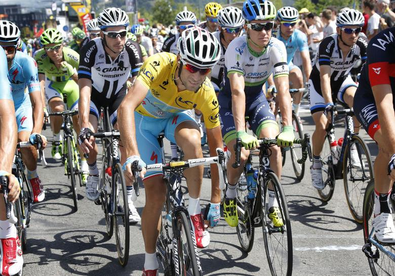 Astana rider and yellow jersey holder Vincenzo Nibali adjusts his shoe as he competes in the 197.5km 13th stage of the Tour de France cycle race between Saint Etienne and Chamrousse, July 18, 2014. REUTERS/Jean-Paul Pelissier